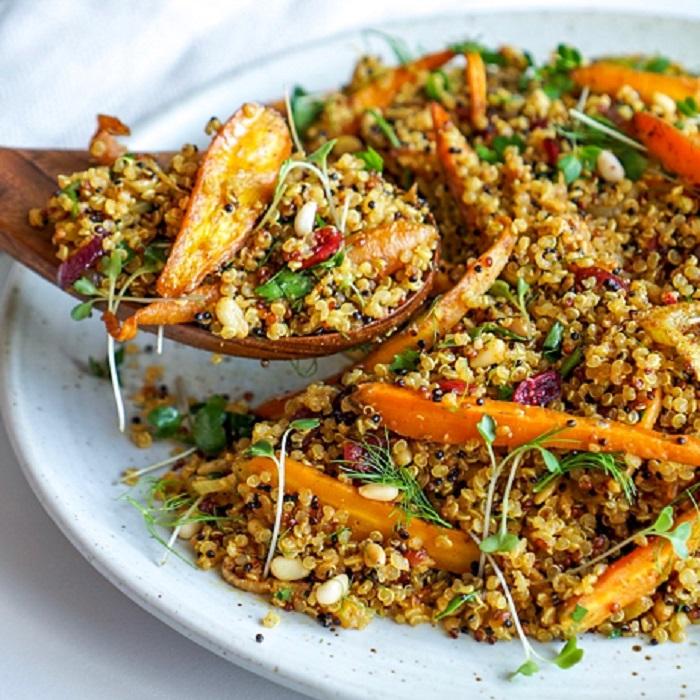 Quinoa aux fruits secs avec salade épicée de carottes et fenouils.