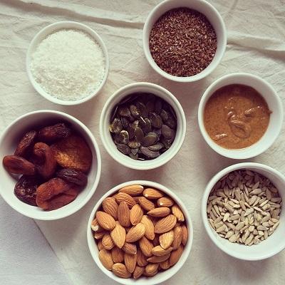 Cookies crus aux amandes, abricots & graines