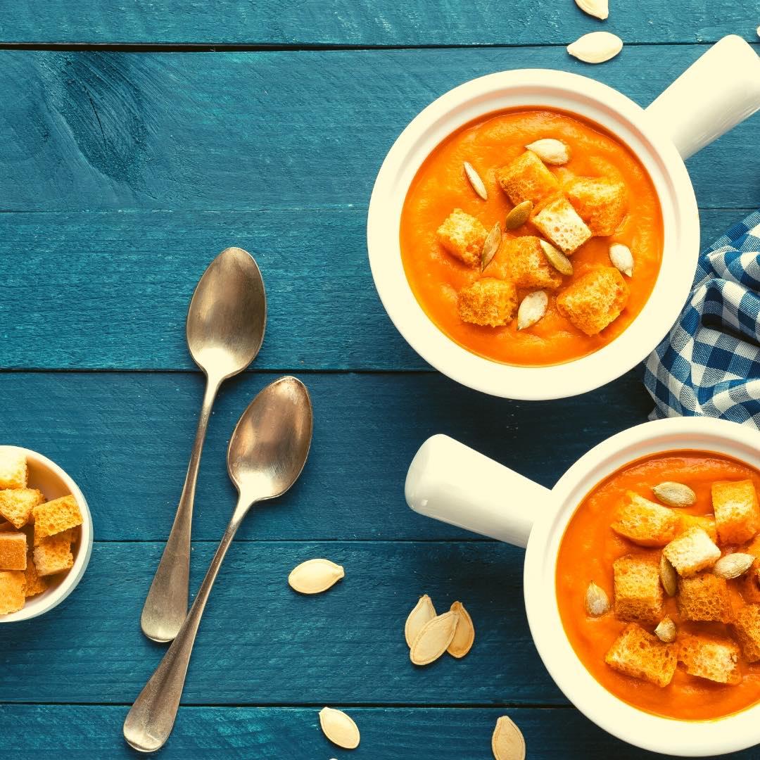 Potage au potiron et carottes, graines de courge et spiruline bio